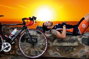 ... während Mann es sich, nach einer anstrengenden Radtour, am Strand gemütlich macht!