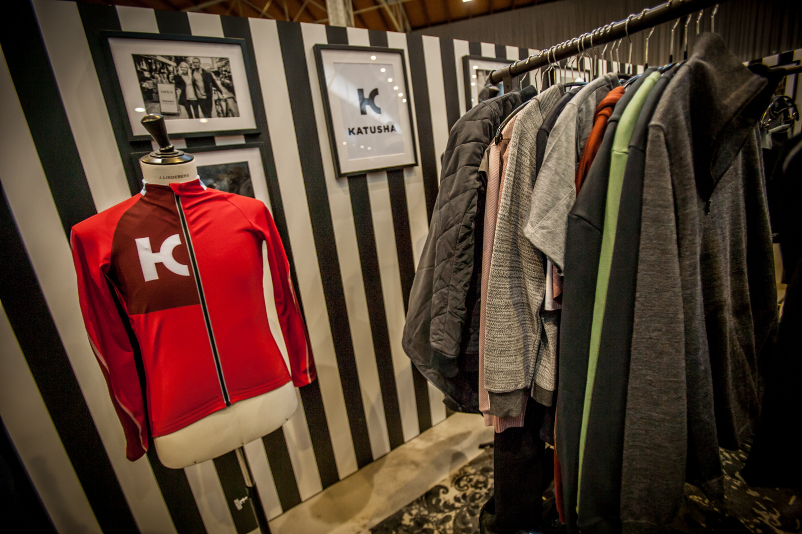 Im Frühling 2016 gelauncht: die Bekleidungslinie, die nicht nur zufällig so heißt wie ein russisches Profi-Team. Die Wiener Edel-Boutique Veletage nahm die WFS zum Anlass, die Sport- und Commuter-Teile in ihr Sortiment aufzunehmen und vorzustellen.