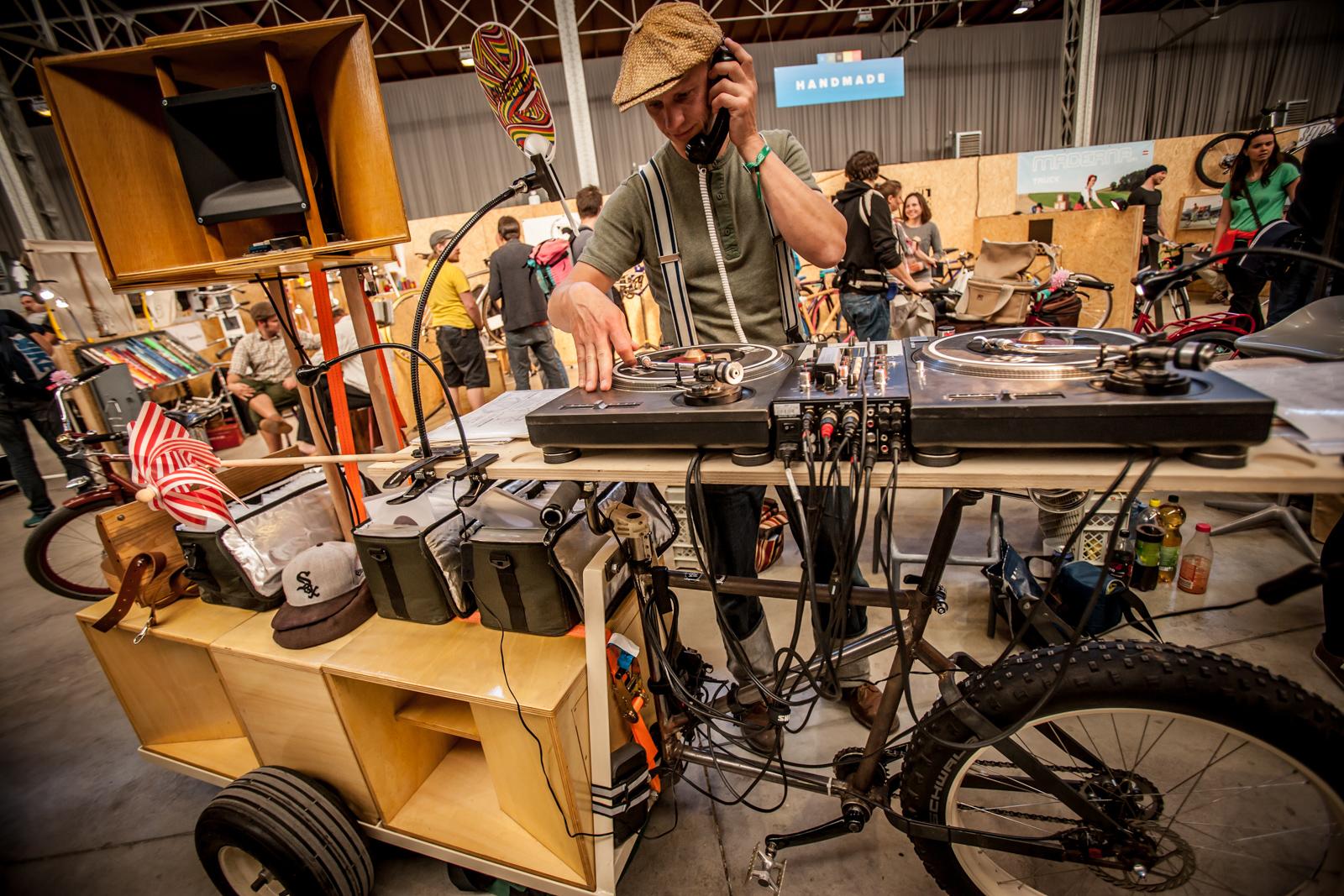 Das ist Frank Patitz, und er bedient seine Turntables auf einem Retrovelo Soundsystem. Nur ein Beispiel von vielen Individualanfertigungen, welche die Nostalgie-Fans aus Leipzig für ihre Kunden realisieren - wenn sie nicht gerade einen Charleston aufs Parkett legen ...
