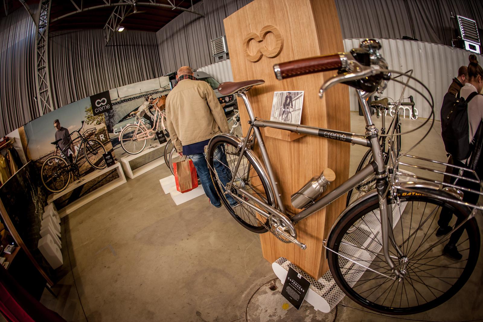 Nicht nur Fahrradfahren geriet in der Marx Halle zu einer Frage des Stils. (Hier: adäquate Geräte für Damen, Herren und Kinder von Creme)