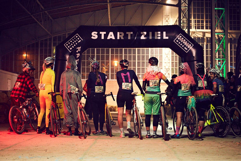 Das Highlight am Samstag Abend: das Vienna RAD Cross, ein Querfeldeinrennen im Staffelformat über eine 800 Meter lange, eigens entworfene urbane Rennstrecke. So eisig dabei die Temperaturen, so heiß die Action und ausgelassen die Atmosphäre - die Halle bebte!