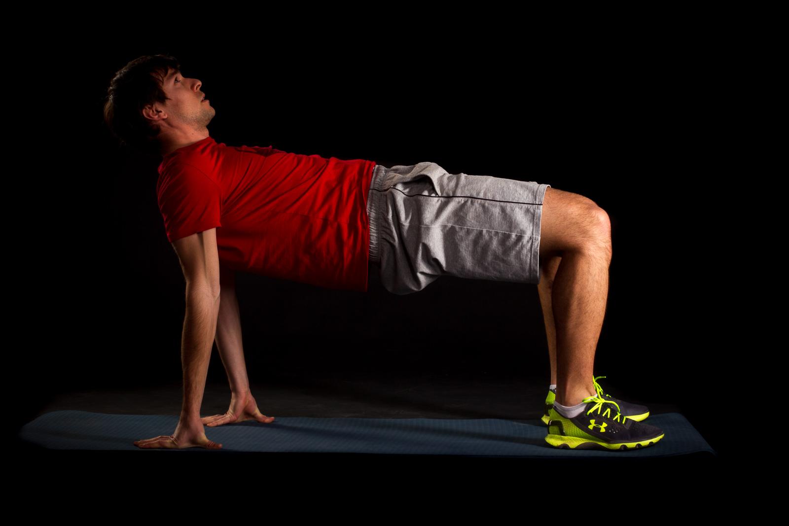 10 Sekunden Reverse Plank. Ellenbogen strecken, Gesäß anspannen. Becken, Wirbelsäule und Nacken in einer Linie.