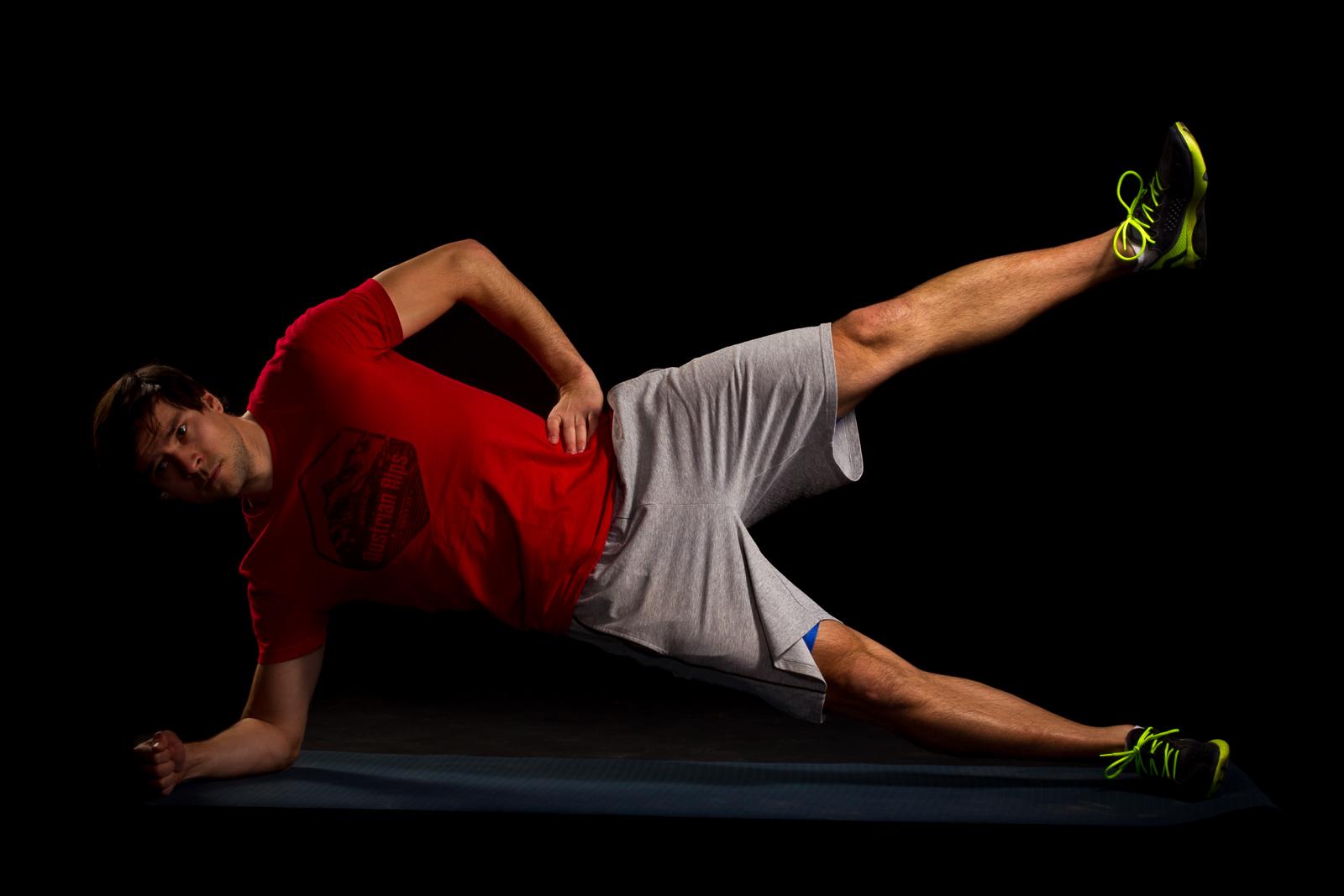20 Sekunden Seitstütz mit Beinhub. Oberes (linkes) Bein langsam heben und senken.