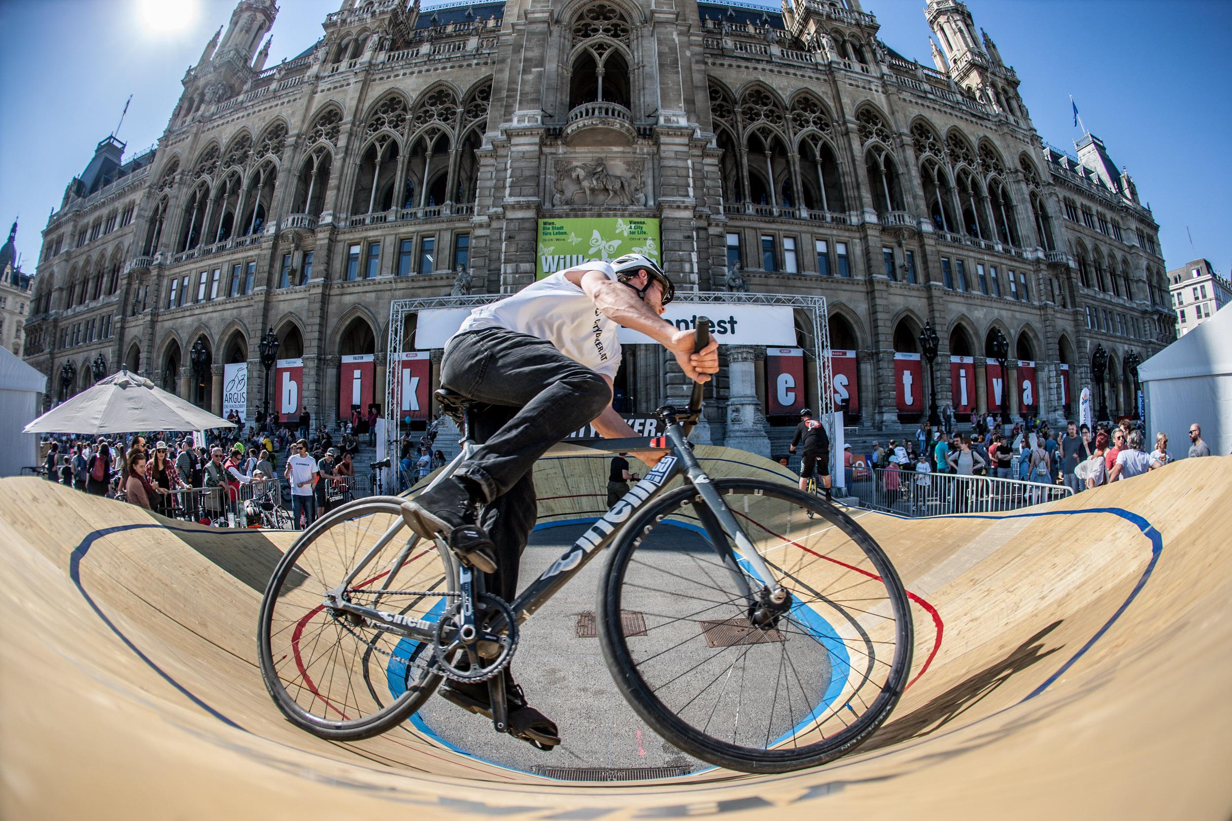 Heuer neu und alsbald vielbeachtet: das Minidrome, eine nur 40 Meter kurze Radrennbahn aus Holz. Vom Festival-Veranstalter selbst gebaut und außer in Wien nur drei weitere Male auf der Welt zu finden, brauchte es Überwindung und Geschick, um mit Bahnrädern - also ohne Freilauf - in dem engen Oval zu bestehen.