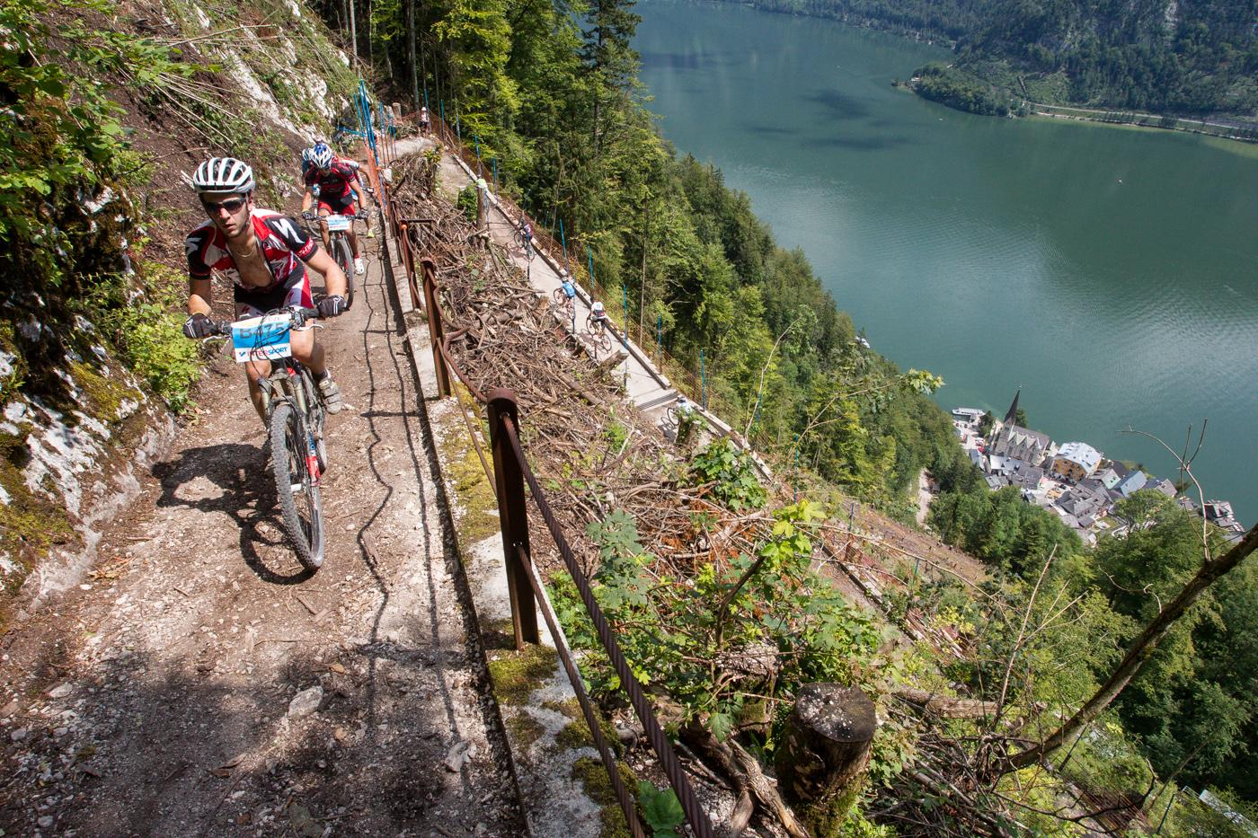 Weil ein verklauster Wildbach 2013 eine Spur der Verwüstung durch den Wald bis in den Hallstätter Ortskern zog, ist das berühmte Weltkulturerbe neuerdings von den steilen Kehren des berüchtigten Salzbergs aus zu sehen.
