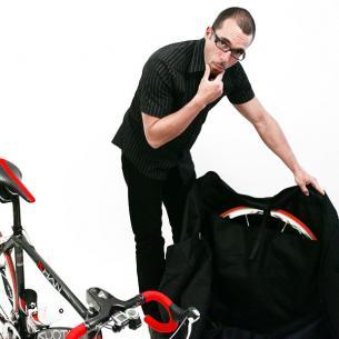 Und dieses jene steckt man dann in die integrierte Laufradtasche und sichert es mit einem Klettverschluss