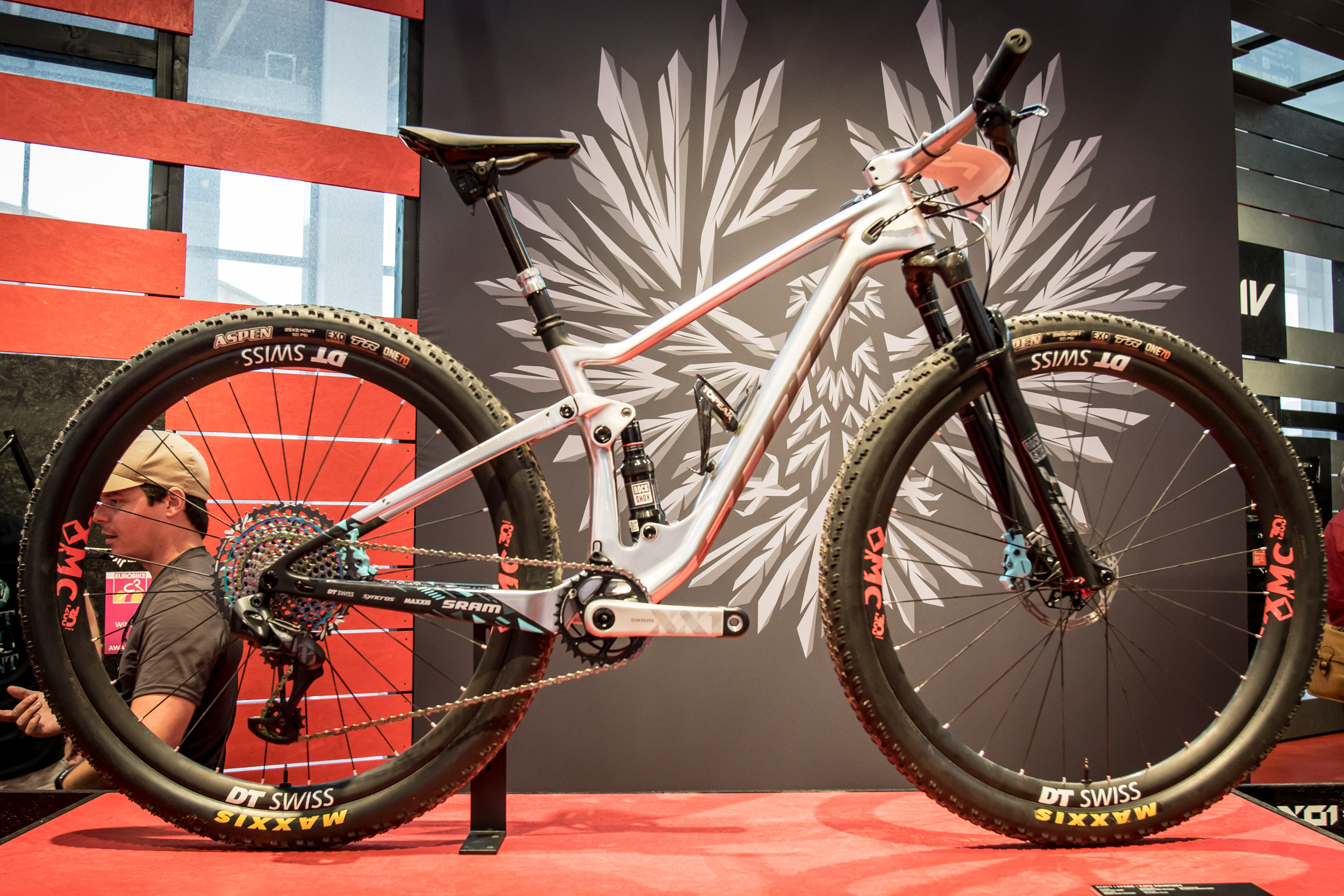 Spezielle Bremshebel und hellblau lackierte Bremssättel zieren Kate Courtneys Scott Race Bike.