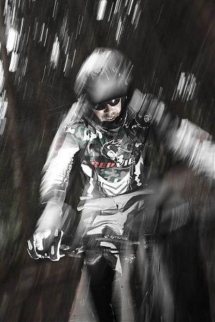 Schotter- oder Erdpassagen, die Bikes arbeiten toll und pushen unsere Limits vom Minus- in den Plusbereich.
