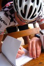 Irgendwie schaffen wir es dann doch rauf auf den El Paso und Jimmy verewigt sich und sein Team im Bikeboard.at Gipfelbuch.