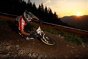 Favourit Martin Strasser im Sonnenuntergang. Um 3.30 Uhr war jedoch Schluß aufgrund von massiven Muskelverhärtungen in den Unterarmen.