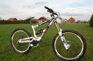 Das Teambike basiert auf einem Commençal Supreme DH WC-Rahmen mit einigen Ausstattungs-Specials.