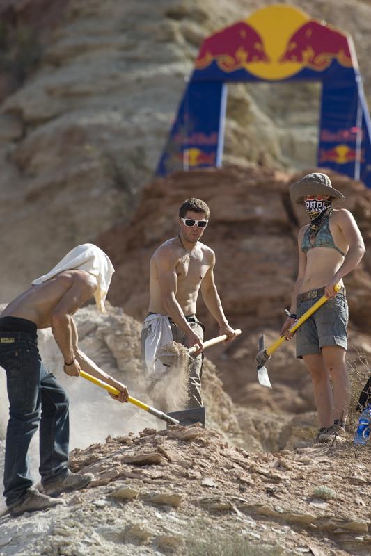 Geschwisterliche Sandkasten-Spiele. Foto: John Gibson/Red Bull Photofiles