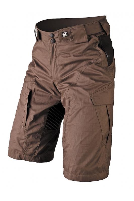 IXS Wendigo BC Shorts Die gut geschnittene Hose aus Nylon passt dank der Klettverschluss-Verstellung am Bund auch am Beginn der Saison perfekt und bietet mit dem innenliegenden Mesh und den Lüftungsreißverschlüssen Kühlung. Die seitlichen Cargo-Taschen lassen viel darin verschwinden, so auch ein Brillenputztuch, das in einer separaten Innentasche verstaut wird und mit einem Band fix an die Hose gebunden wird.