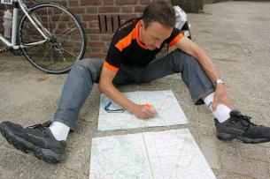 Franz lernt schon mal die Route auswendig. Sind ja nur so um die 4.000 km.