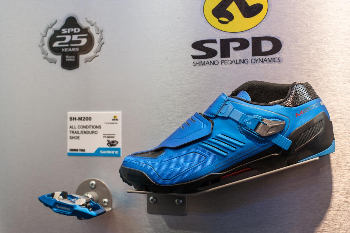 Zum 25-jährigen Jubiläum von SPD hat Shimano ein blaues Sondermodell des SH-M200 Enduro-Schuhs und PD-M785 Pedals aufgelegt.