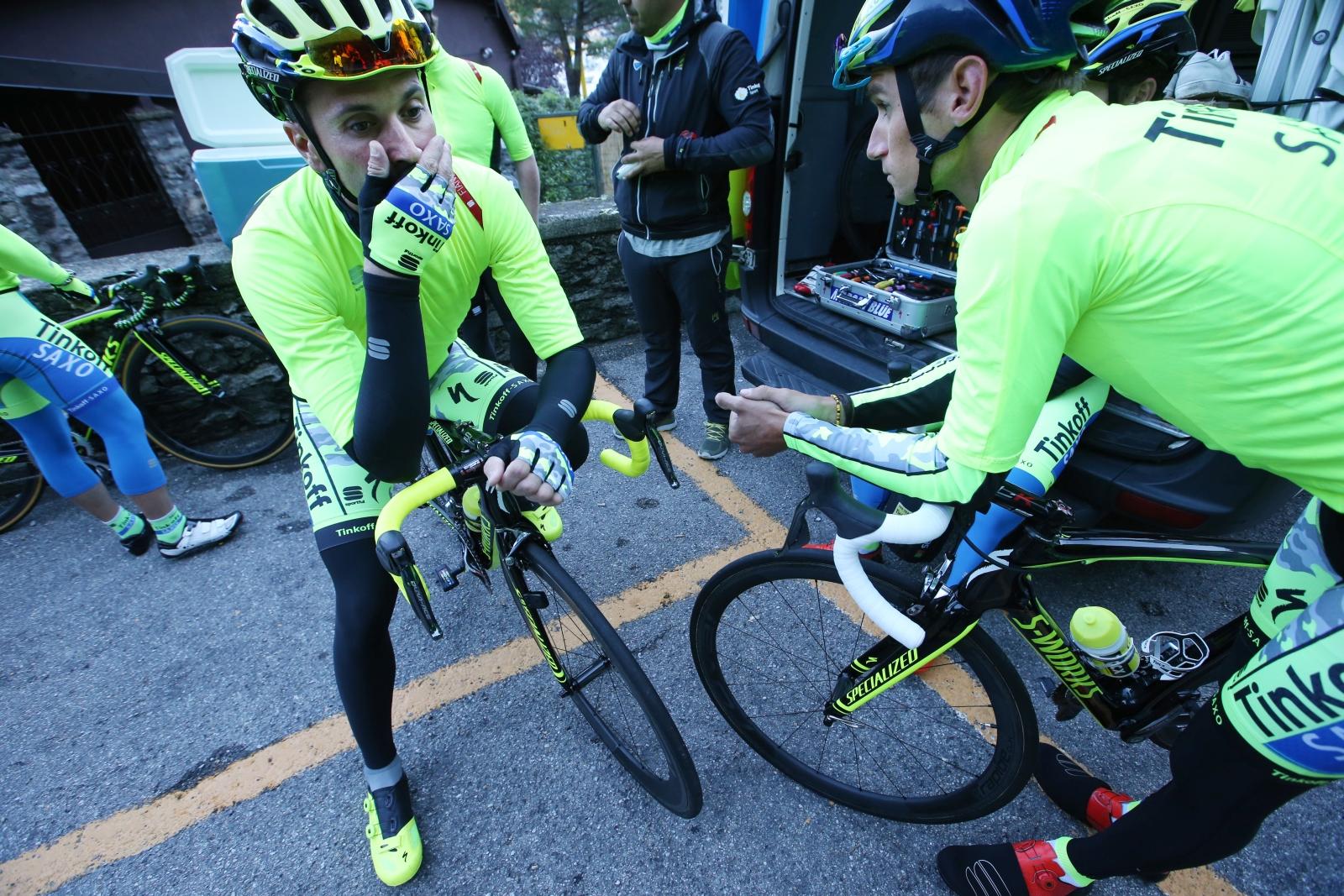 Leader of the Pack. Unsere Begleiter Roman Kreuziger und Ivan Basso vor der kleinen montäglichen Ausfahrt. Wie einige Fahrer während der Lombardei-Rundfahrt tragen auch sie Teile der teamgebrandeten Fiandre Kollektion.