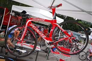 """Transition Carbon:  Zeitfahr- bzw. Triathlonrahmen wie schon bei der Tour de France von Quickstep und Gerolsteiner gefahren. 1"""" Steuerrohr, schmale Cantilever Bremsen (hinten, unterhalb der Kettenstreben montiert),"""