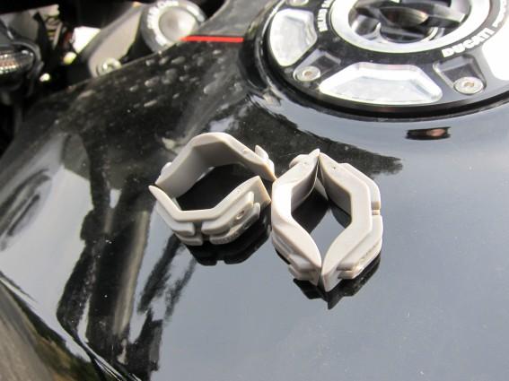 Mit drei unterschiedlich dicken Gummieinlagen kann er auf Lenkern mit Durchmessern von 23 bis 33 mm angebracht werden ...