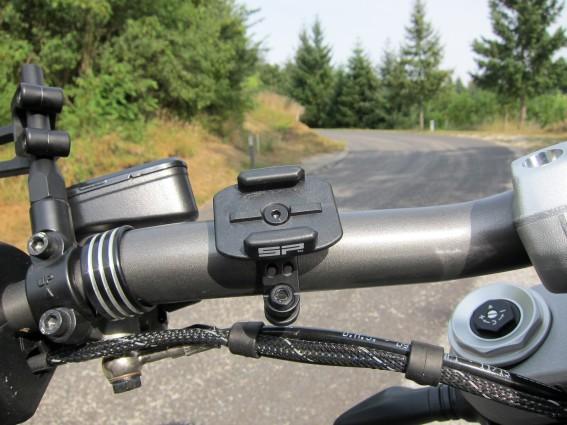 """Fürs Motorrad fiel unsere Wahl auf den """"Bike Mount"""" aus leichtem, allerdings super starkem Aluminium."""