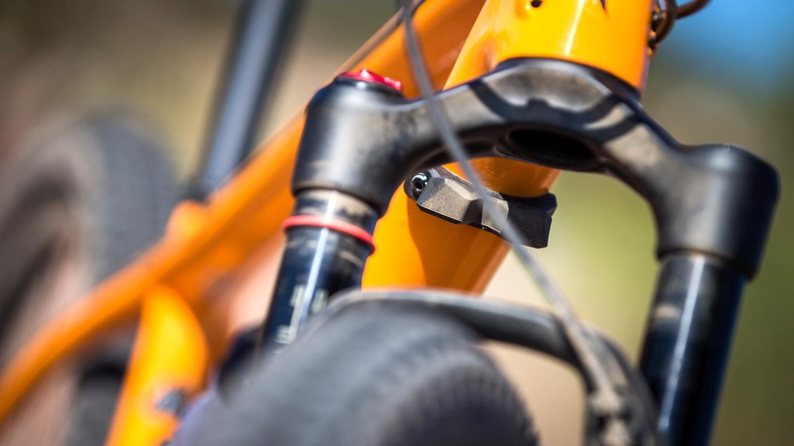 Ein Fork-Bumper schützt den Rahmen.