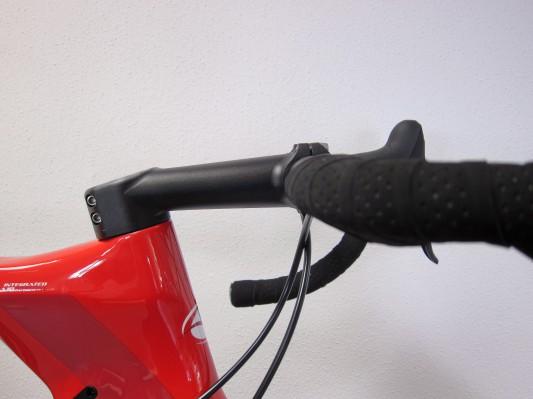 Integrierter Super TT Road Vorbau für exzellente Lenkkontrolle und den Einsatz individueller Lenkerformen.