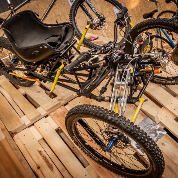 """Vor allem Thoms """"Handuro"""", ein vollgefedertes Trike fürs Grobe, erregte Aufmerksamkeit. Rund 28 Kilo wiegt der voll geländetaugliche Dreiradler mit Handkurbel."""