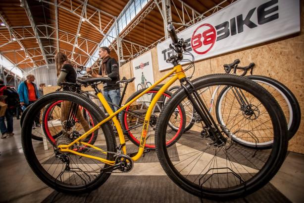 Und apropos fett: Size does matter - behaupten zumindest die Macher dieses 36-Zoll Bikes für City, Commuting und Gelände,Truebikes.