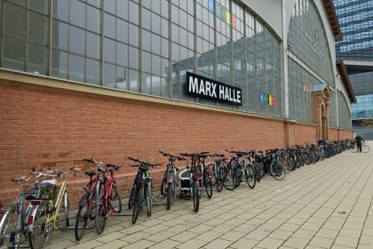 Nach Messe-Eröffnung dauerte es nie lange, bis sich die Fahrrad-Abstellplätze füllten.