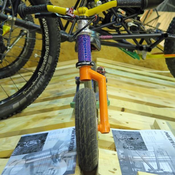 Auch Bélas Laufrad steckt voller Überraschungen: Mini-Lefty und Scheibenbremse!