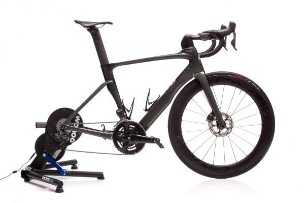 ... und das Rad steckt nahezu horizontal im Trainer.