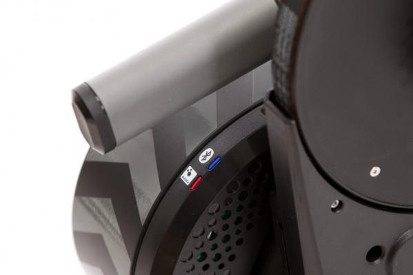 Neue LEDs machen den Status der drahtlosen ANT+ und Bluetooth Smart Verbindungen sichtbar.