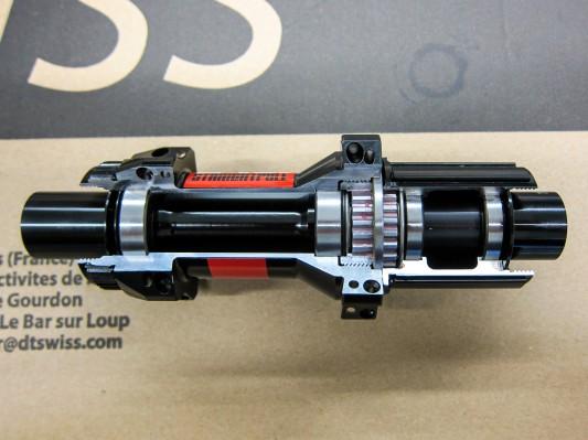 So sieht eine DT Swiss 240S aufgeschnitten aus, die 1100 Dicut ist vom Prinzip her nicht anders.