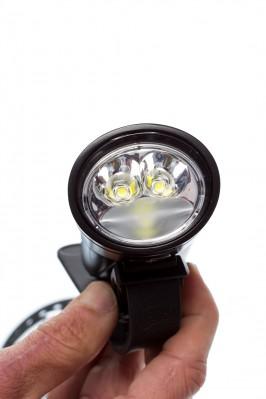 Die beiden oberen Cree LEDs strahlen vorwiegend nach vorne, das untere fungiert als 180° Breitstrahler.