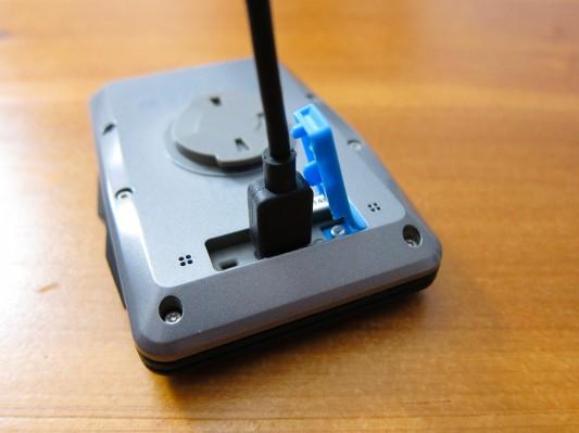 Die Rückseite mit Bajonett-Befestigung und USB-Ladebuchse.