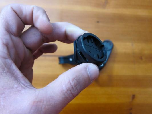 Die Vorbau-/Lenkerhalterung wird mit Kabelbindern befestigt, was nicht die beste Lösung darstellt.