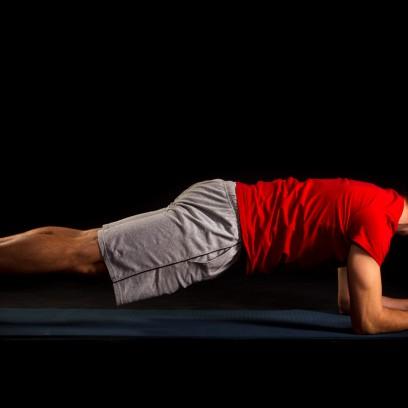 10 Sekunden Plankhold. Blick nach unten, Kopf, Wirbelsäule und Gesäß in einer Linie. Gesäß maximal anspannen