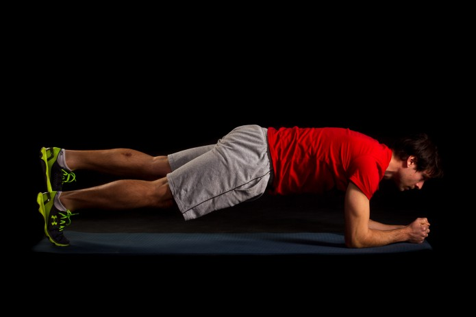 20 Sekunden Plankhold mit alternierendem Beinheben. Becken stabil halten und nicht aus der Achse kippen lassen