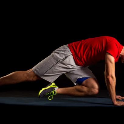 30 Sekunden Plank mit Schulterkick. Alternierend ein Bein unter dem Körper zur diagonalen Schulter bringen. Becken stabil halten und nicht aus der Achse kippen lassen.