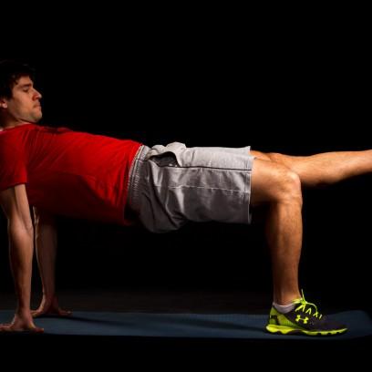 30 Sekunden Reverse Plank mit alternierendem Beinstrecken. Becken stabil halten und nicht aus der Achse kippen lassen.