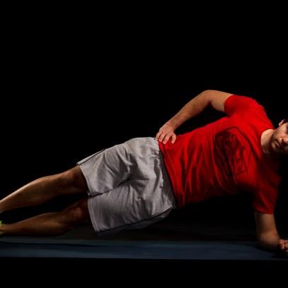 10 Sekunden Seitstütz links. Darauf achten, dass der Körper sowohl von oben, als auch von vorne betrachtet in einer Linie liegt.