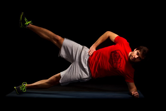 20 Sekunden Seitstütz mit Beinhub. Oberes (rechtes) Bein langsam heben und senken.