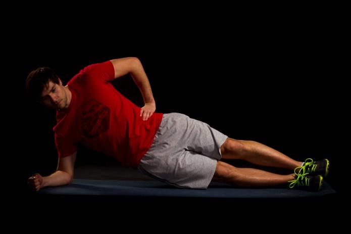 30 Sekunden Seitstütz mit Beckenhub. Becken langsam senken, und wieder bis zur Waagrechten anheben. Spannung aufrechterhalten und Körperachse stabil halten.