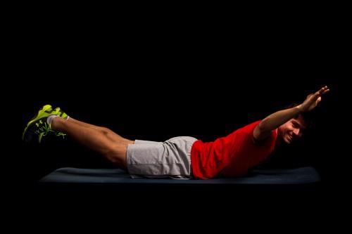 10 Sekunden Supermanhold. Sprunggelenke gestreckt, Arme seitlich vor dem Körper. Gesäß, unteren und oberen Rücken anspannen, sodass sich Beine und Oberkörper vom Boden lösen.