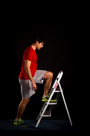 Das linke Bein steht auf einer Erhöhung (Sessel, Stufe, etc.).