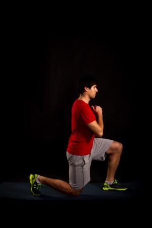 weit nach hinten steigen, das Knie des hinteren Beins absenken.