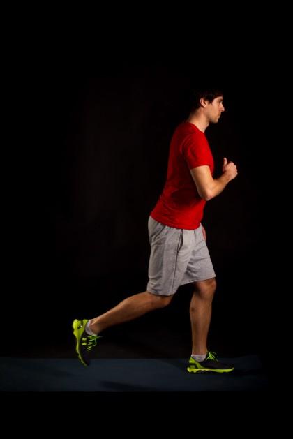 Dynmisch über das vordere Bein aufstehen, Hüfte strecken und Bein wechseln.