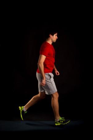 Alternativ kann die Übung auch gesprungen durchgeführt werden. Dazu wechselt das Bein in der Luft.