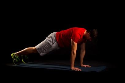 In der höchsten Positon ebenfalls die Körperspannung aufrecht halten.