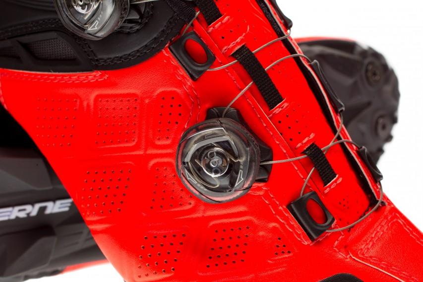 Die Zunge des Schuhs ist zur besseren Belüftung ebenfalls perforiert, und für guten Komfort auch bei fest geschlossener Schnürung leicht gepolstert.