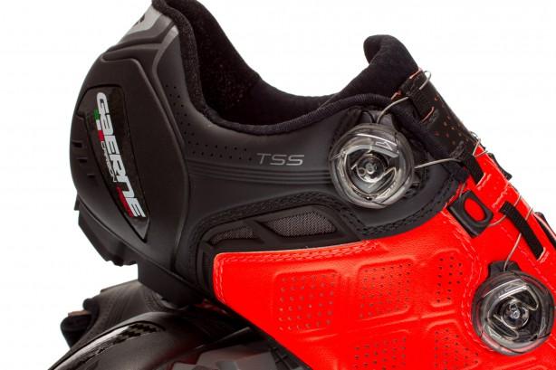 Die TSS (Tarsal Support System) genannte Technik soll den Fuß innerhalb des Schuhs optimal ausrichten und stabilisieren– für einen gleichmäßigeren und effizienteren Tritt.